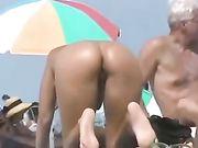 Cul nu sexy de femme filmée à la plage