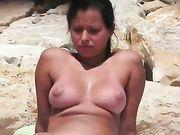 Une femme nue filmé à la caméra voyeur