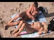 Plage vidéo de sexe avec un couple amateur pris à la caméra voyeur