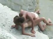 Un couple amateur filmé faire du sexe à la plage