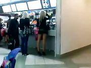 Fille avec minijupe filmé dans un lieu public