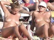 Filles nues à la plage