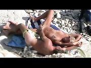 Naked couple capturés avoir des relations sexuelles à la plage