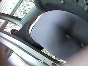 Beau cul dans le pantalon de yoga serrés filmé