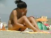 Sexy femme nue à la plage