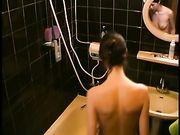 Femme espionné dans la douche