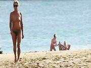 Une femme d'âge mûr topless à la plage