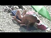 Nude couple ayant des rapports sexuels àÂla plage filmée en caméra voyeur
