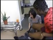 Une jolie femme fait sexe avec un homme noir