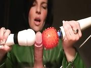 Femme jouant avec dick et rend d'éjaculer plusieurs fois