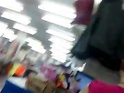 Une fille sexy en pantalon très serré est filmée sur une caméra cachée
