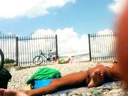 Nudistes sur la plage filmé avec caméra cachée