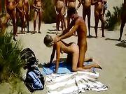 Couple fait sexe sur une plage avec public