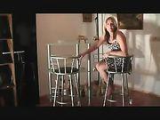 Sexe anal avec femme sur la chaise