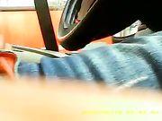 Un gars se masturbe dans la voiture tandis qu'une femme le voit