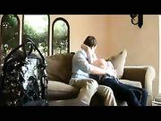 Sexe sur le canapé avec une blonde aux gros seins