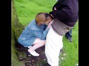 Femme d'âge mûr rend le sexe oral à deux hommes noirs dans les bois