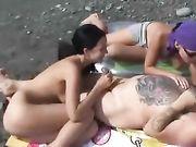 Sexe à la plage avec deux femmes et un homme