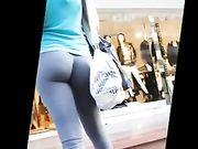 Cul parfait dans des pantalons serrés dans les rues