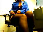 Retransmission en direct avec une femme nue au bureau