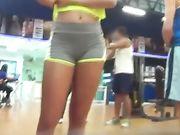 Sexy girl dans des pantalons serrés à la salle de gym