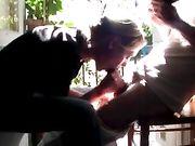 Femme fait une fellation sur le balcon