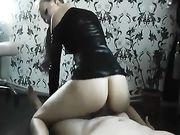 Sexy blonde en robe noire rend le sexe