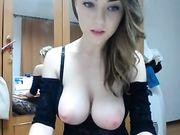 Une jolie jeune fille roumaine avec de gros seins devant la webcam