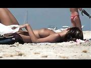 Femme nudiste à la plage fkk