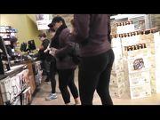 Une fille avec un gros cul dans un pantalon de yoga est filmée en magasin