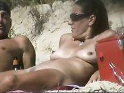 Une femme nue à la plage sur une caméra cachée