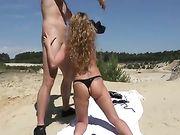 Sexe anal sur la plage