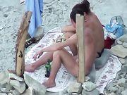 Fellation à la plage avec un couple russe