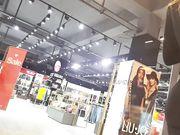 Vidéo avec une femme sexy avec un gros cul dans un pantalon serré dans un magasin public
