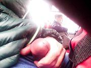 Un mec se mécourt dans un bus public