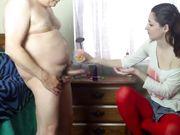 Une jeune fille aide un vieil homme à se masturber