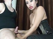L'homme est attaché et profite de la femme asiatique