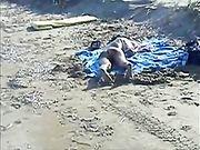 Un étranger éjacule sur une femme nue à la plage
